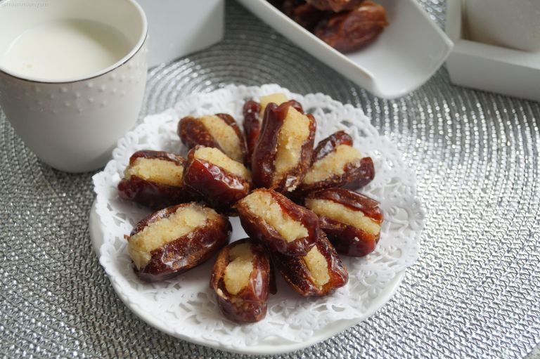 Almond stuffed dates 3